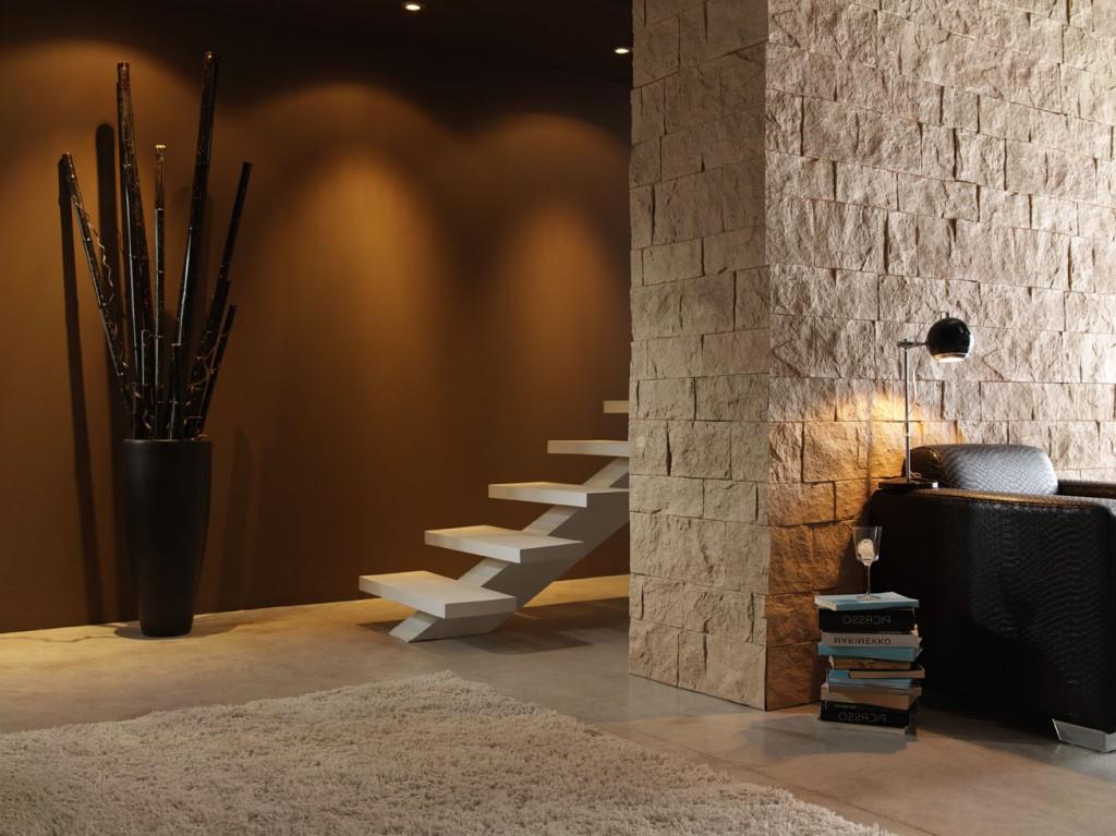 Eine Sehr Schöne Mediterrane Steinwand, Die Durch Indirekte Beleuchtung  Jedem Raum Eine Besondere Ausstrahlung Gibt.